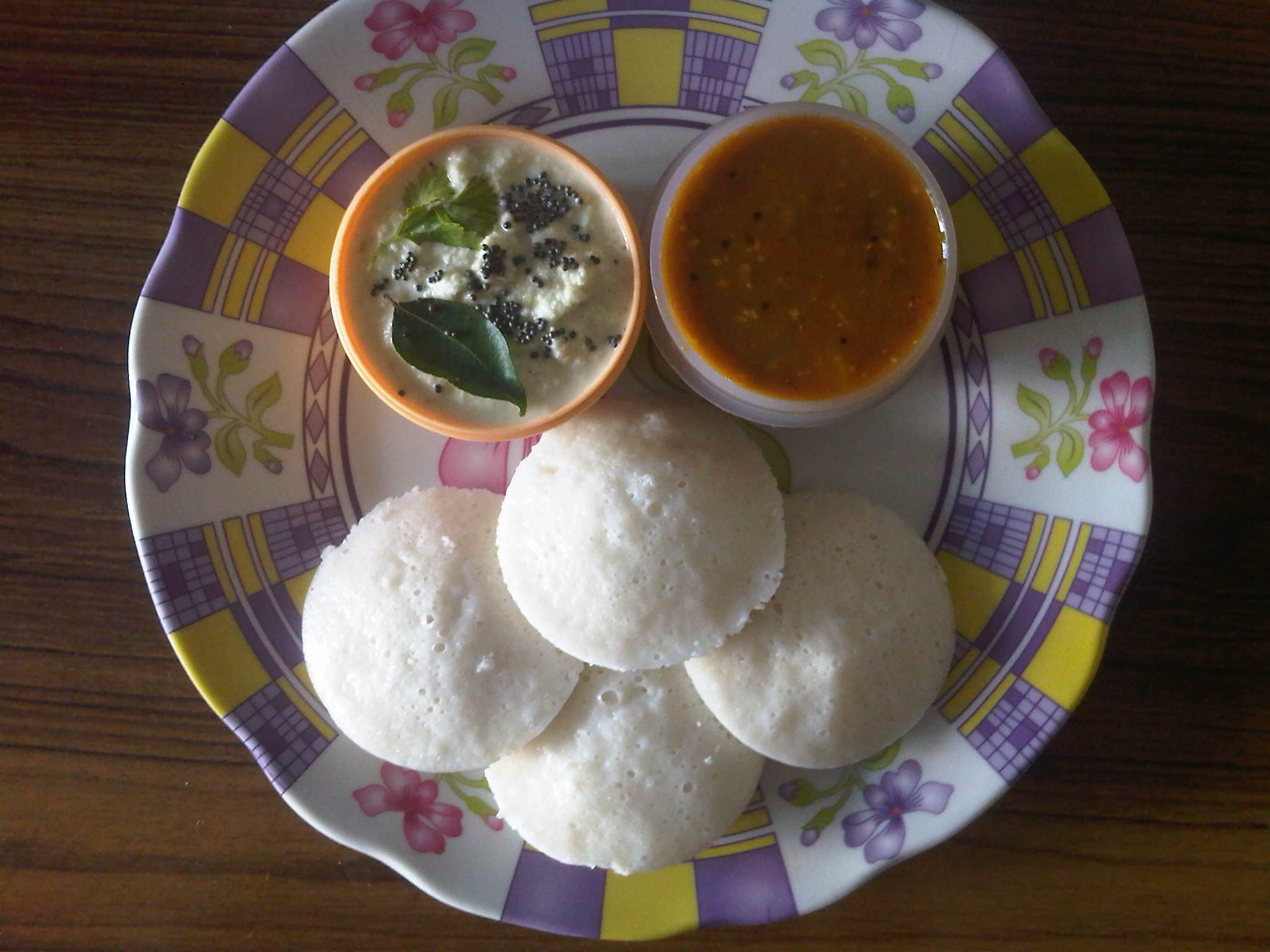 Idly with chutney and sambar